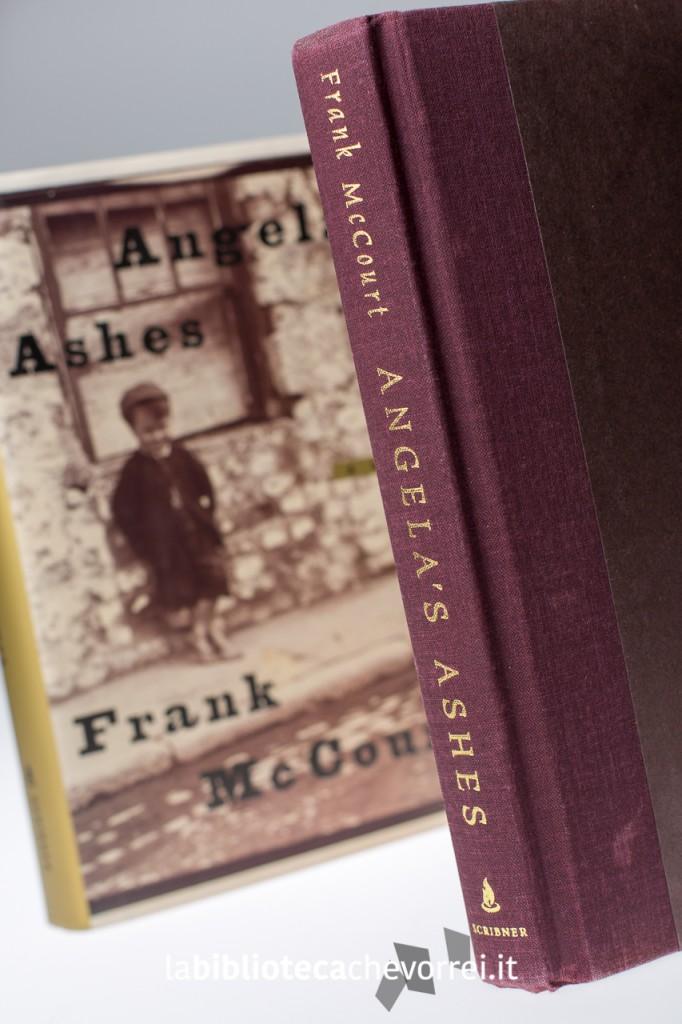 """Il libro di Frank McCourt """"Angela's Ashes"""" senza la copertina."""