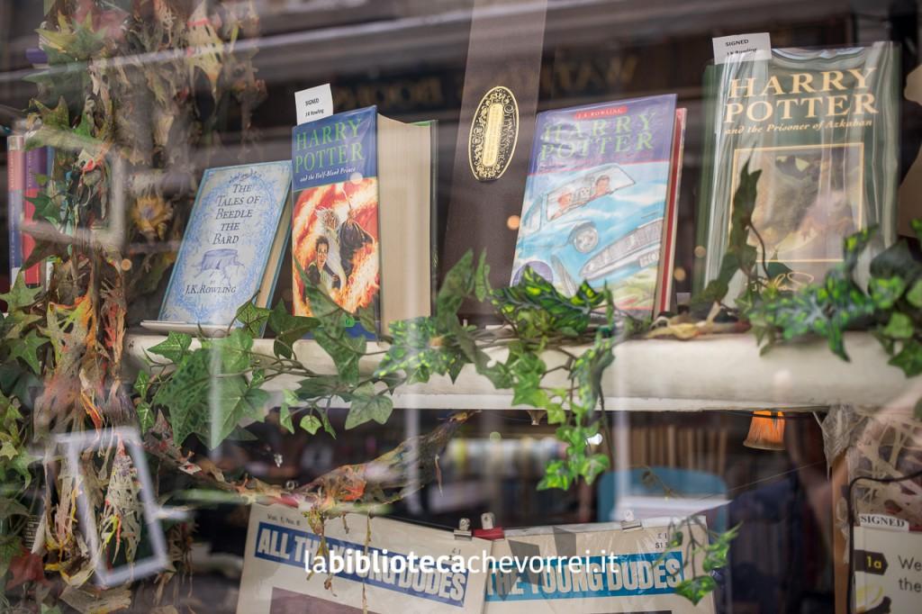 Vetrina del negozio Marchpane, in Cecil Court Road, con edizioni autografate di Harry Potter