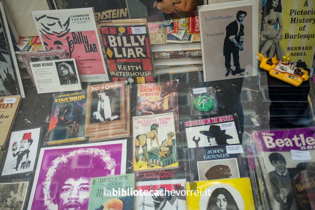 In vetrina da Pleasures of Past Times prime edizioni dei libri di John Lennon