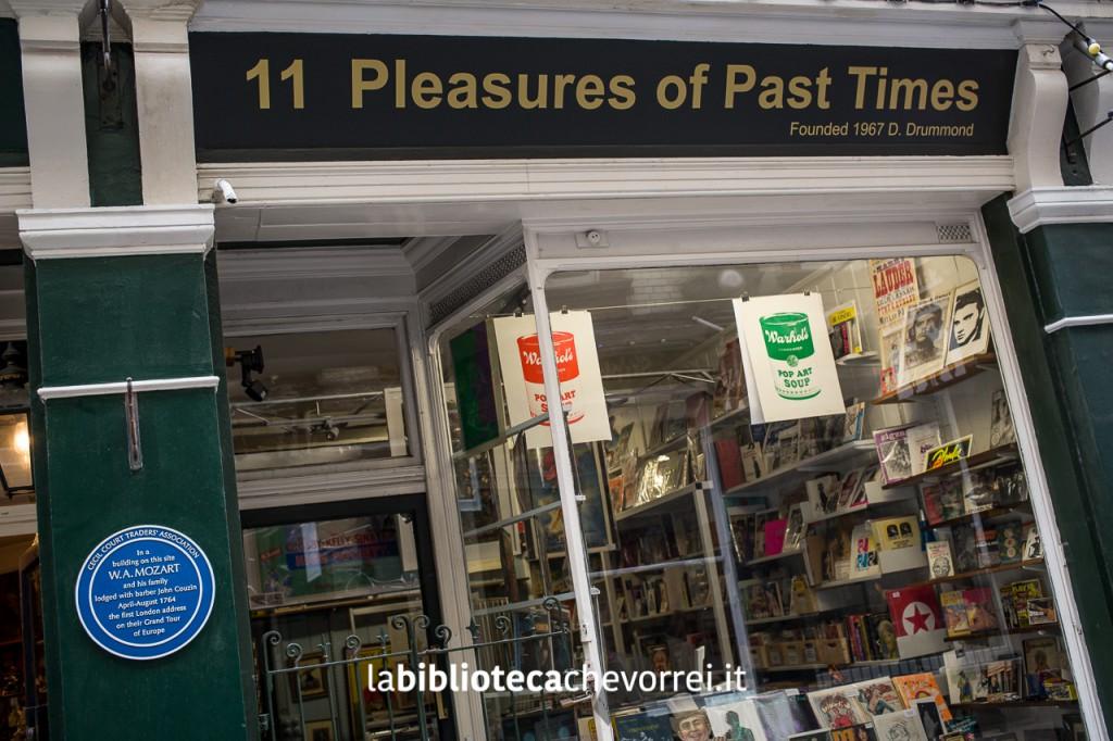 Pleasures of Past Times è una libreria specializzata in memorabilia, sopratutto musicale
