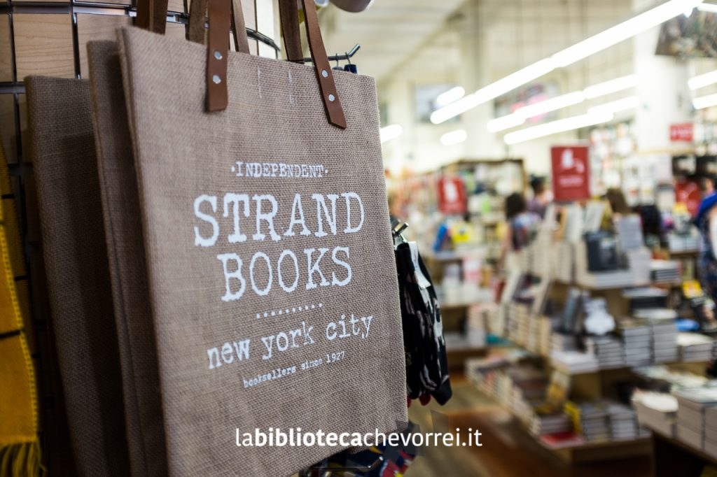 Merchandising in vendita alla libreria STRAND di New York.