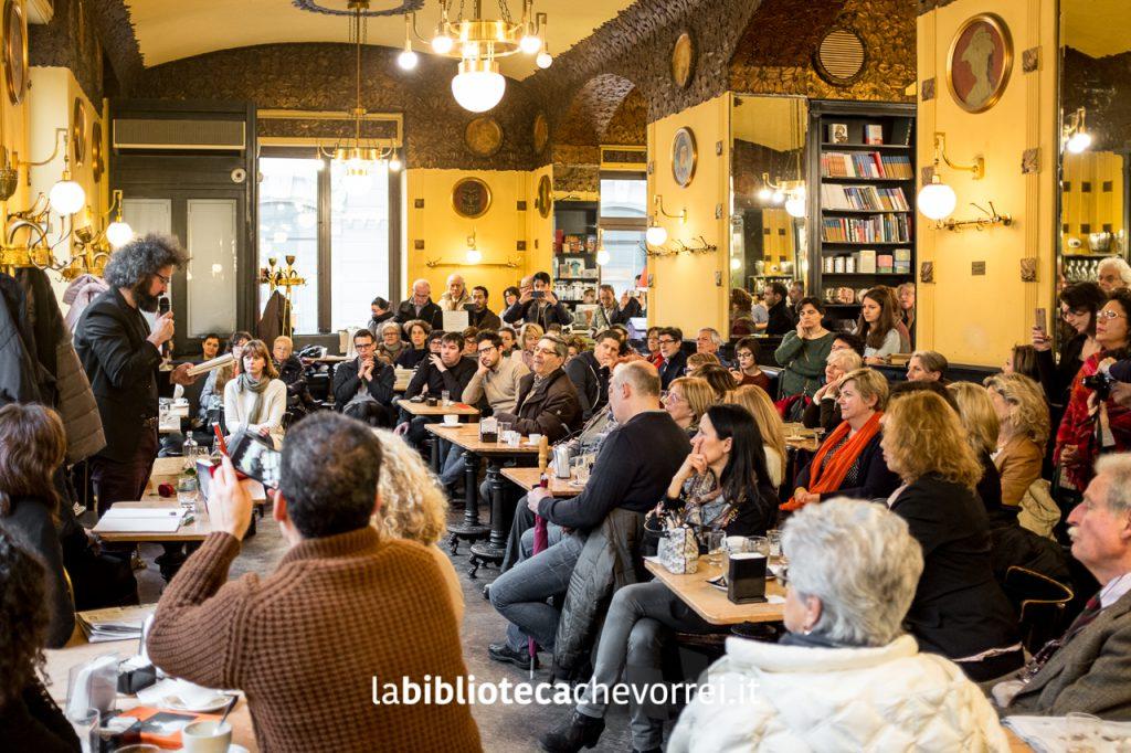 """All'Antico Caffè San Marco il pubblico ascolta la storia de """"Il secondo figlio di Dio""""."""