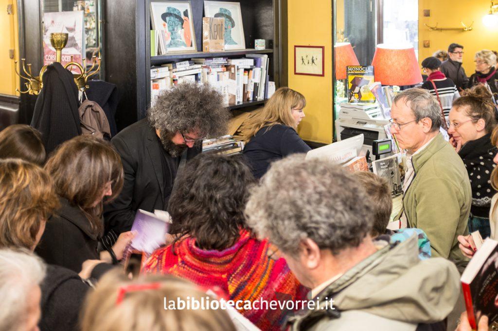 Simone Cristicchi firma le copie del suo romanzo.