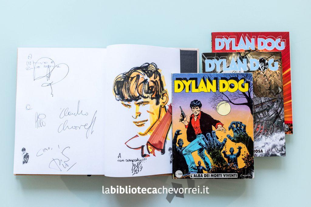 Autografi e dediche di autori Bonelli per Dylan Dog: Angelo Stano, Claudio Chiaverotti, Tito Faraci e Pasquale Ruju. Illustrazione di Gigi Cavenago.