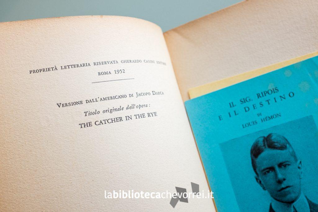 """Pagina dei crediti con anno di pubblicazione e titolo originale """"The Catcher in the Rye""""."""