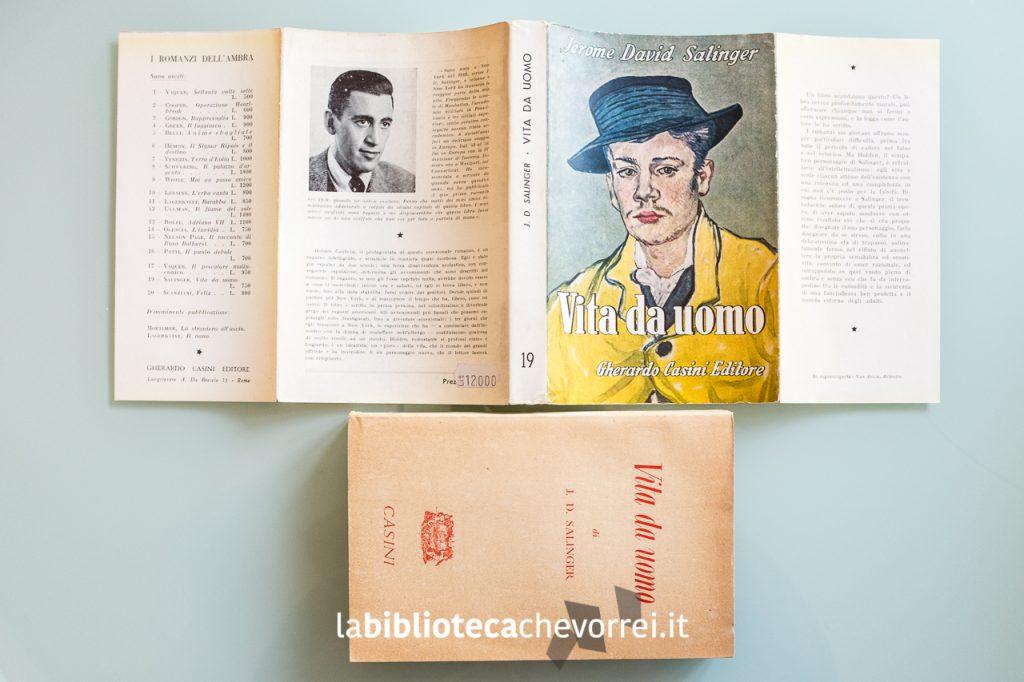"""Sovraccoperta aperta della prima edizione italiana de """"Il giovane Holden"""" di J.D. Salinger intitolata """"Vita da uomo""""."""