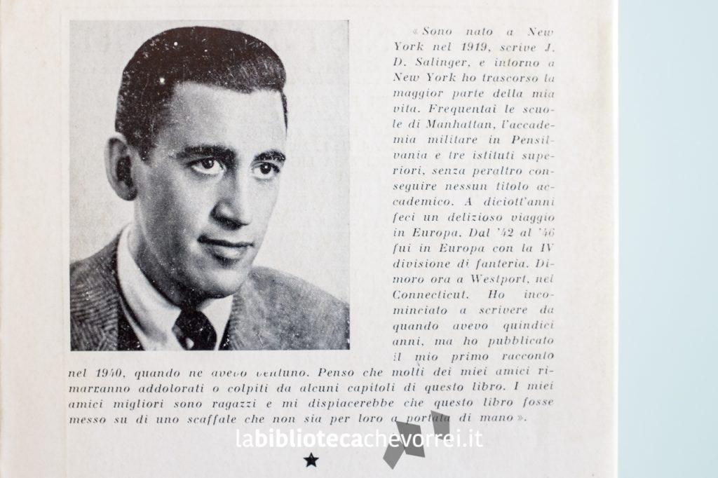 Foto di J.D. Salinger utilizzata anche per la versione americana del romanzo. La fotografia dell'autore, la sua biografia e il riassunto del libro spariranno per volontà dello scrittore nelle edizioni seguenti.