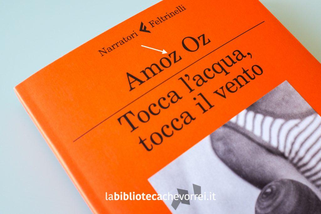 """Copertina del libro di Amos Oz con errore di stampa. Il nome dell'autore ha una """"z"""" al posto di una """"s""""."""