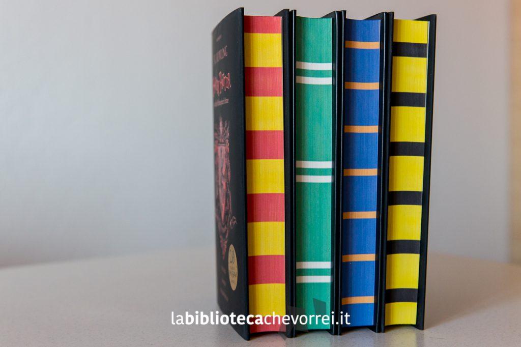 """In questa nuova edizioni di """"Harry Potter and the Philosopher's Stone"""" il dorso è stato colorato con i colori delle sciarpe delle differenti casate di Hogwarts."""
