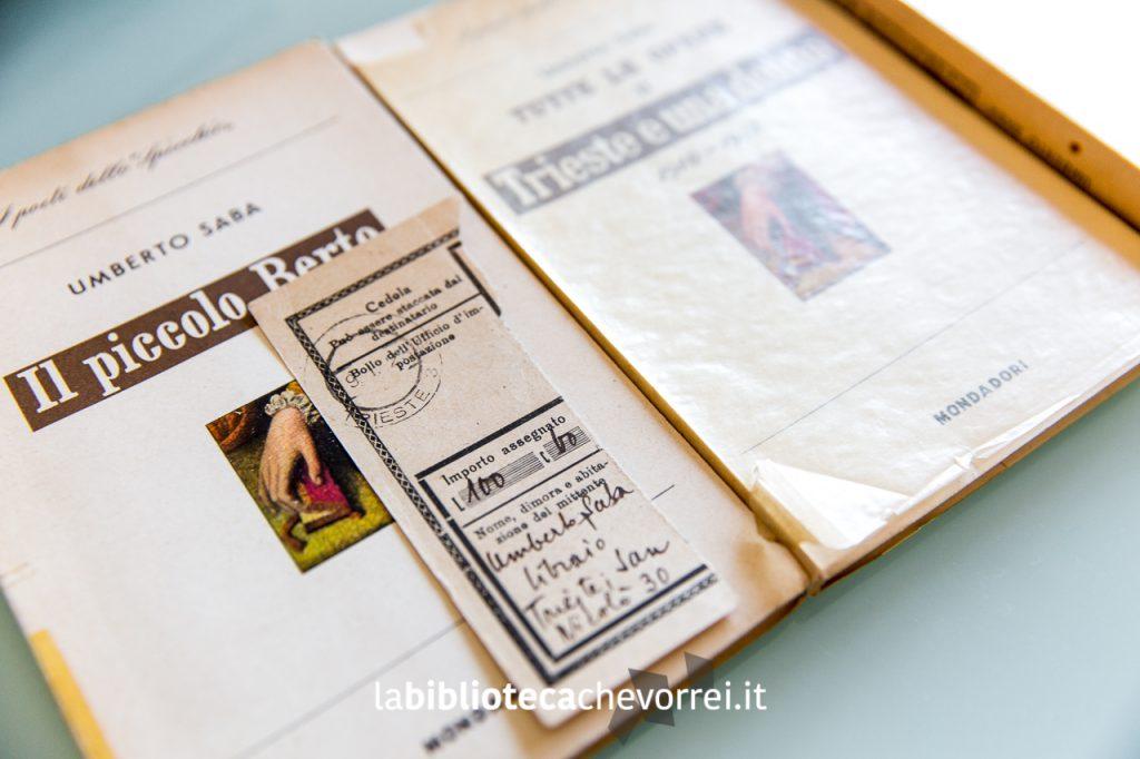 """Prime edizioni di """"Trieste e una donna"""" e """"Il piccolo Berto"""". In primo piano: ricevuta postale scritta a mano di Umberto Saba."""