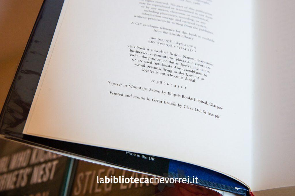 """La pagina dei crediti relativa alla prima edizione inglese di """"The Girl with the Dragon Tattoo"""". In Italia uscirà con il titolo """"Uomini che odiano le donne"""". Il numero 1 nella serie numerica indica che si tratta della prima edizione."""