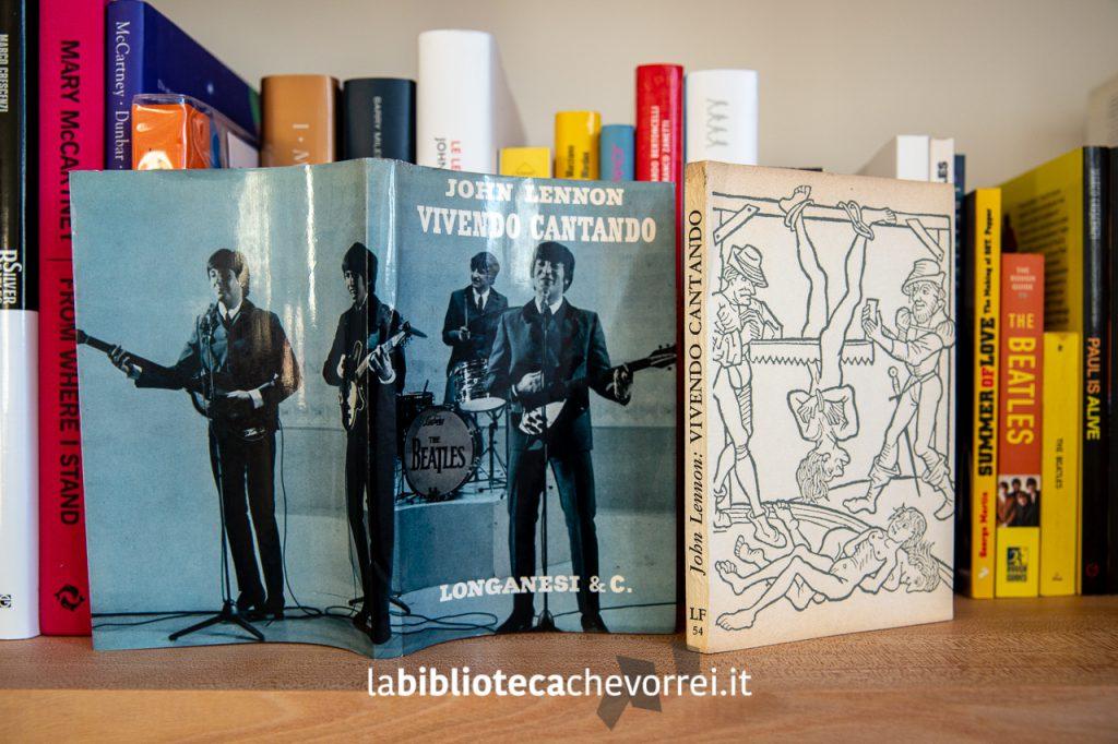 """Libro con sopraccoperta separata della prima edizione italiana del libro di John Lennon """"Vivendo cantando"""". Titolo originale """"In His Own Write"""". 1964."""