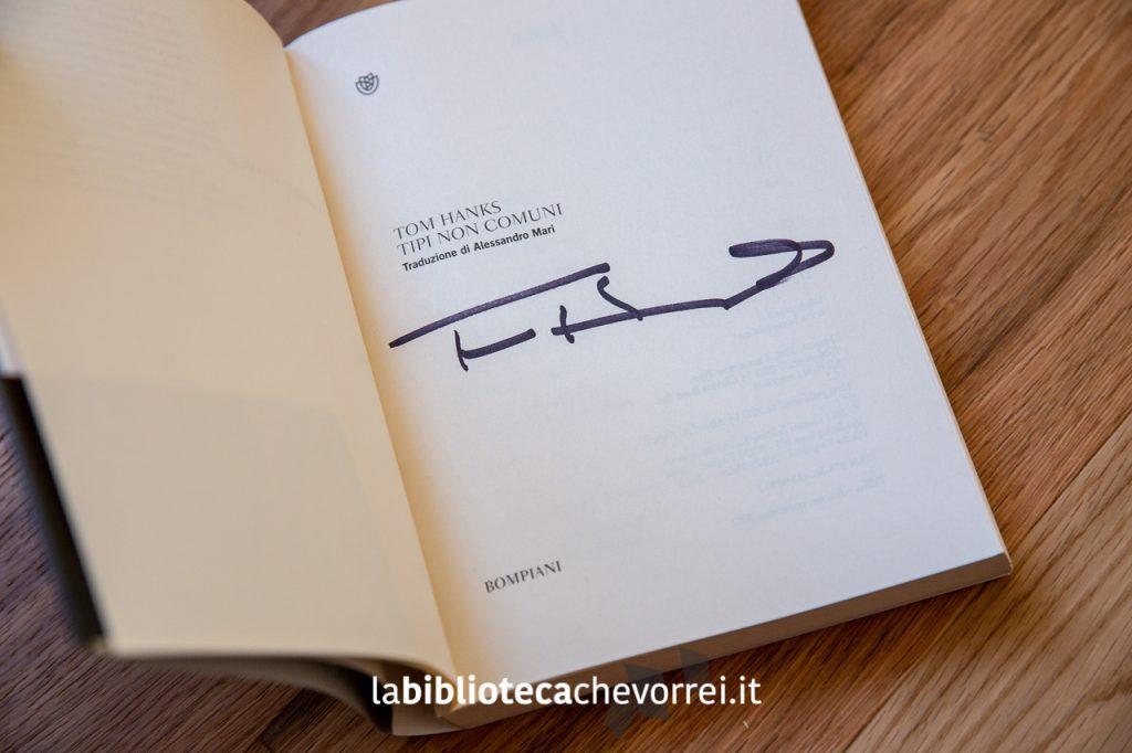 """Autografo di Tom Hanks sulla prima edizione del libro """"Tipi non comuni"""". Ed. Bompiani."""
