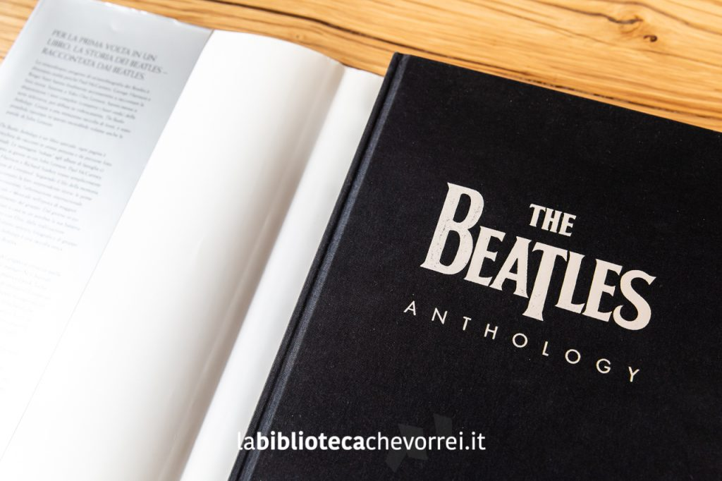The Beatles Anthology: copertina in tela nera sotto la sovraccoperta in argento.