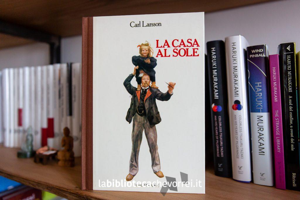 """La copertina rigida del libro """"La casa al sole"""" di Carl Larsson."""