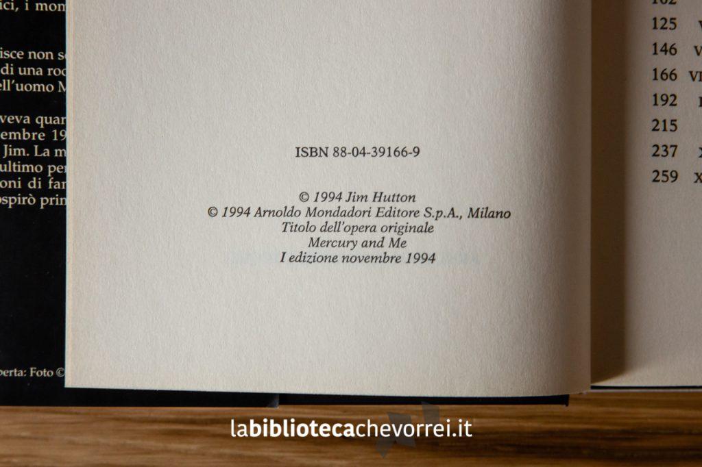 """Pagina dei crediti che identificano la prima edizione del libro """"I miei anni con Freddie Mercury"""" stampato dalla Mondadori nel 1994."""