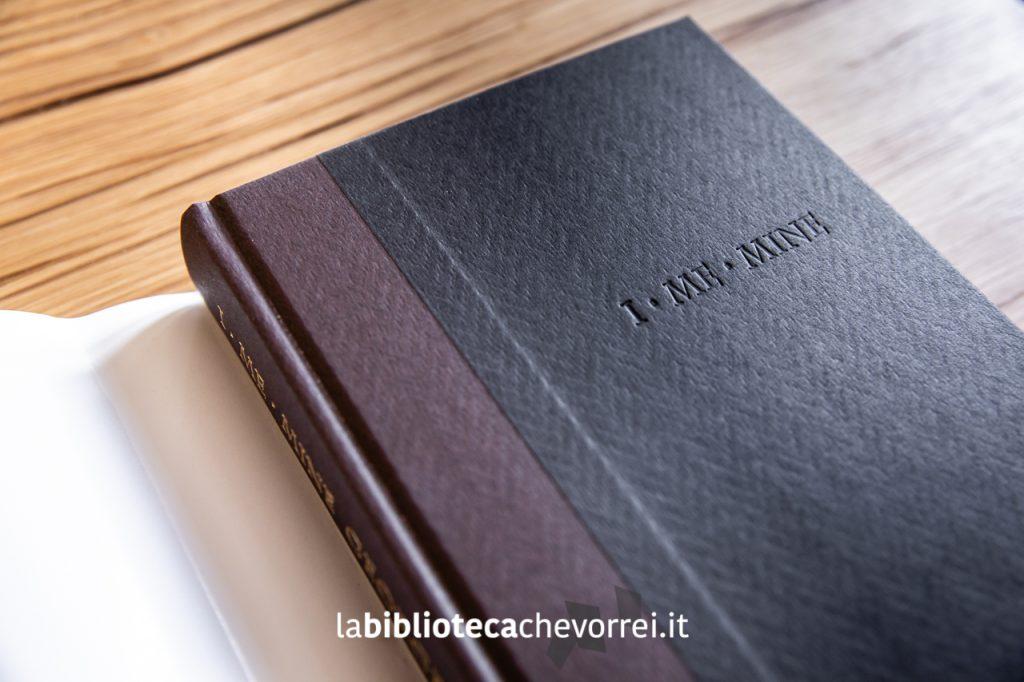 Rimossa la copertina il libro si presenta con un'elegante stampa a secco del titolo.