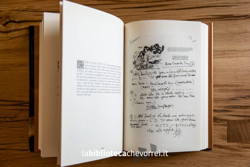 """Pagine interne del libro di George Harrison """"I Me Mine"""", Rizzoli, 2002, con riportati i manoscritti originali delle sue canzoni più famose."""