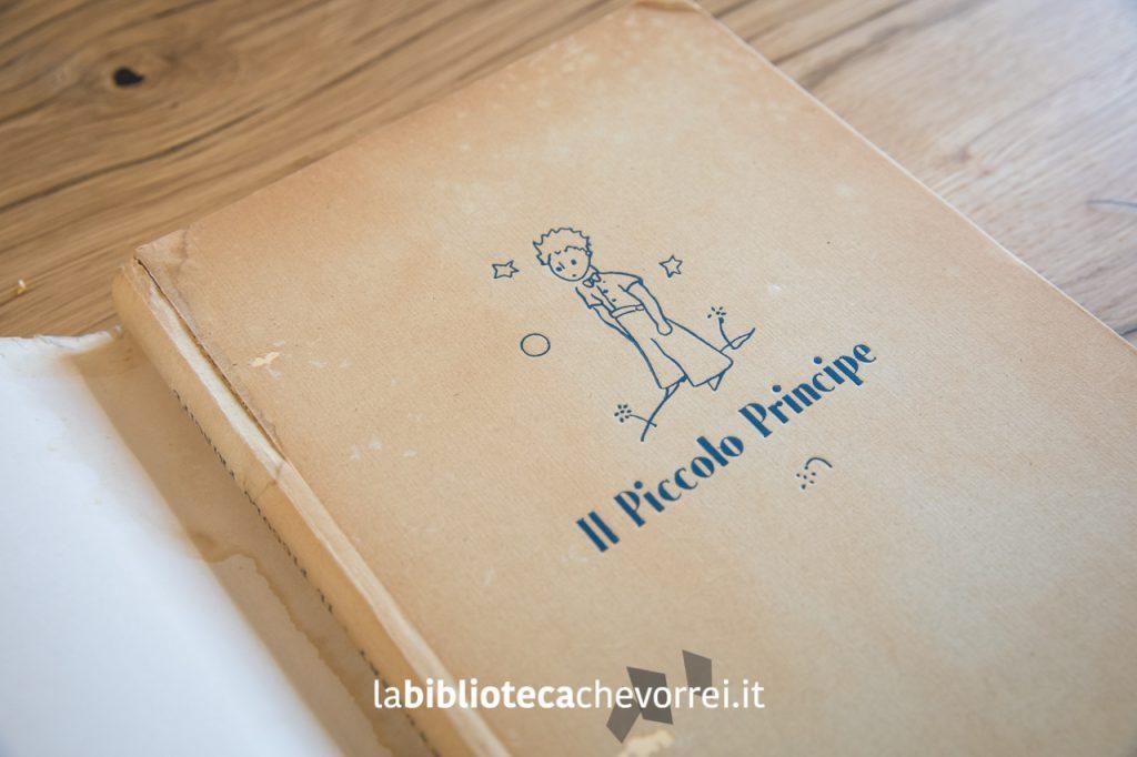 Sotto la copertina, la prima edizione italiana de Il Piccolo Principe è colore beige.