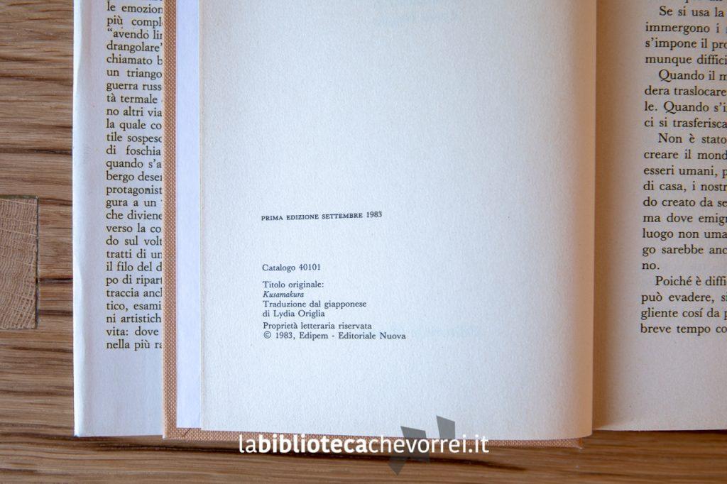 """Pagina dei crediti con l'indicazione della prima edizione del settembre 1993 del libro di Natsume Sōseki """"Guanciale d'erba""""."""