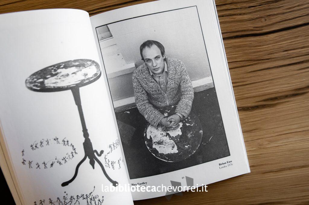 Un giovane Brian Eno fotografo a Londra nel 1976 da Roberto Masotti.