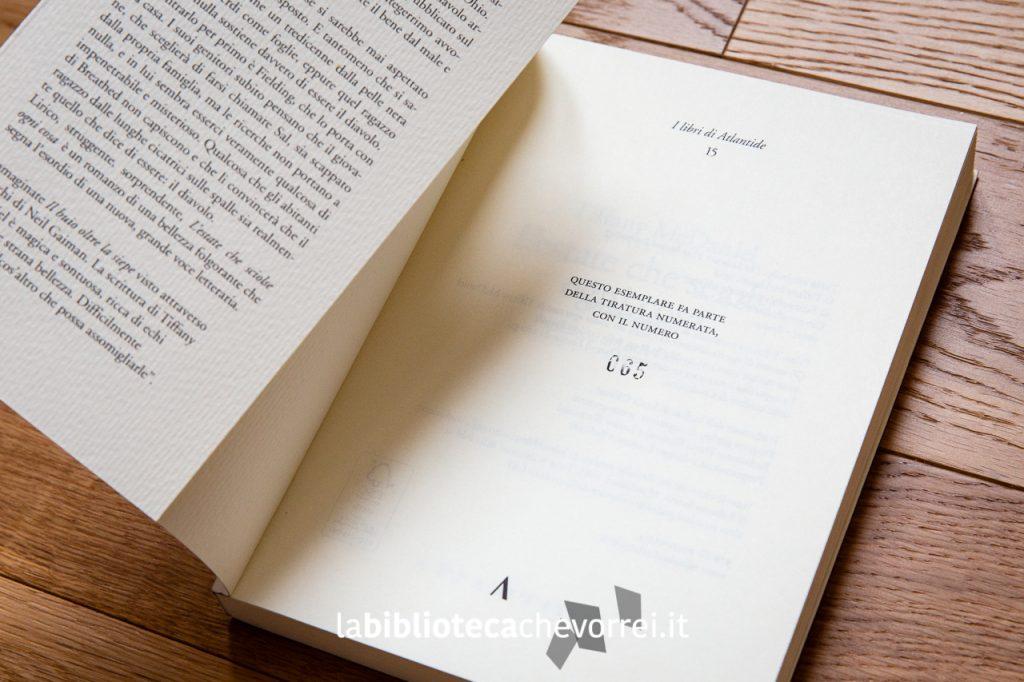 """Ogni copia del libro, per ogni stampa, reca il numero del volume da 1 a 999. """"L'estate che sciolse ogni cosa"""" di Tiffany McDaniel. Edizioni di Atlantide, 2017."""