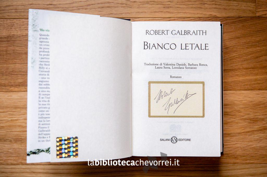 L'autografo di Robert Galbraith (pseudonimo della scrittrice inglese J.K. Rowling) sull'edizione italiana di Bianco Letale.