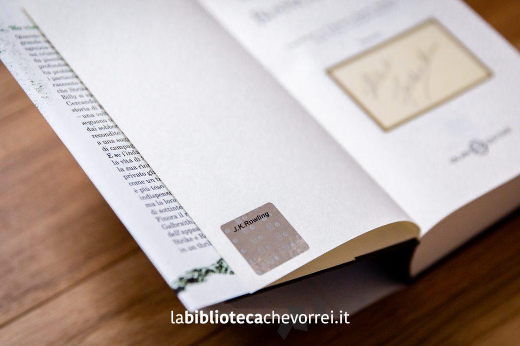 Bollino olografico di autenticità applicato in presenza di un autografo originale di J.K. Rowling.