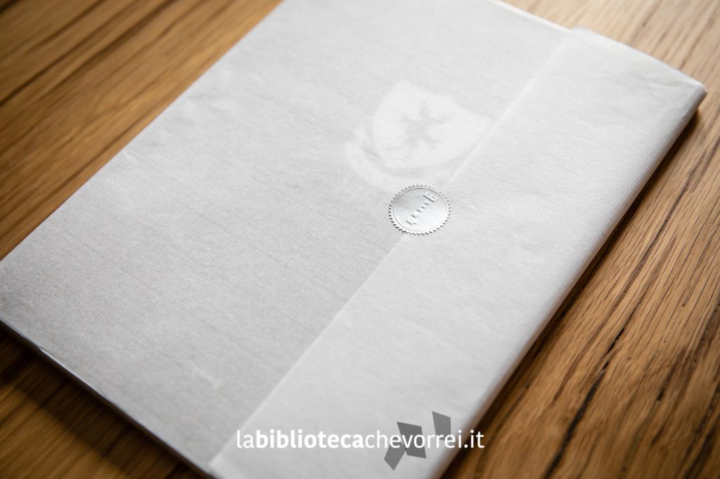 I libri vengono venduti avvolti in una sottile carta veline per impreziosire i volumi.