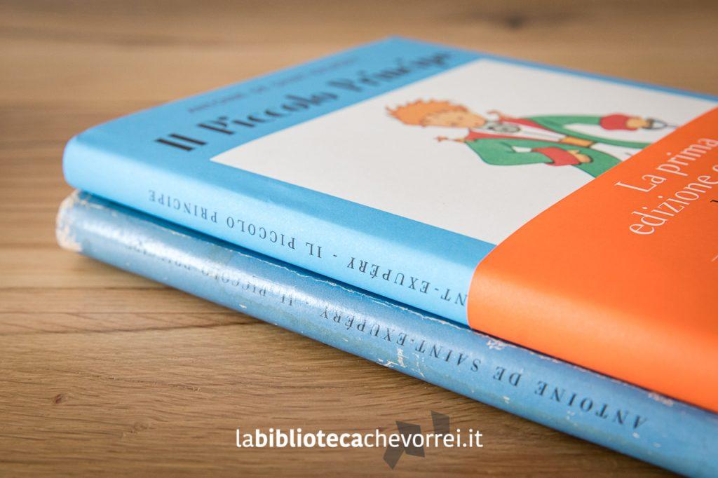 """Particolare dei dorsi delle due edizioni de """"Il Piccolo Principe"""". Sotto la prima edizione del 1949, sopra la nuova edizione 2019."""