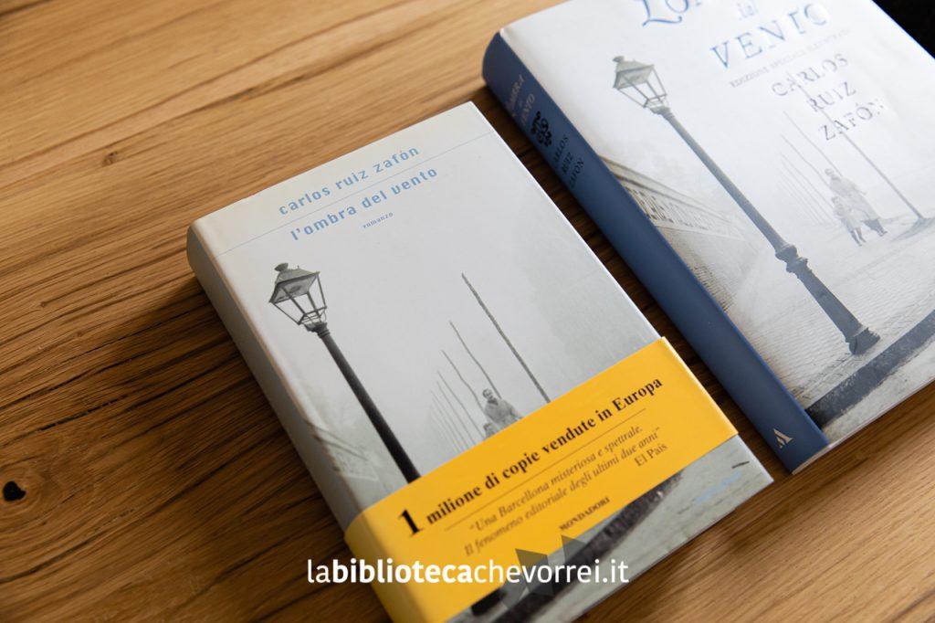 La prima edizione italiana de L'ombra del vento di Carlos Ruiz Zafón. Mondadori, 2004.