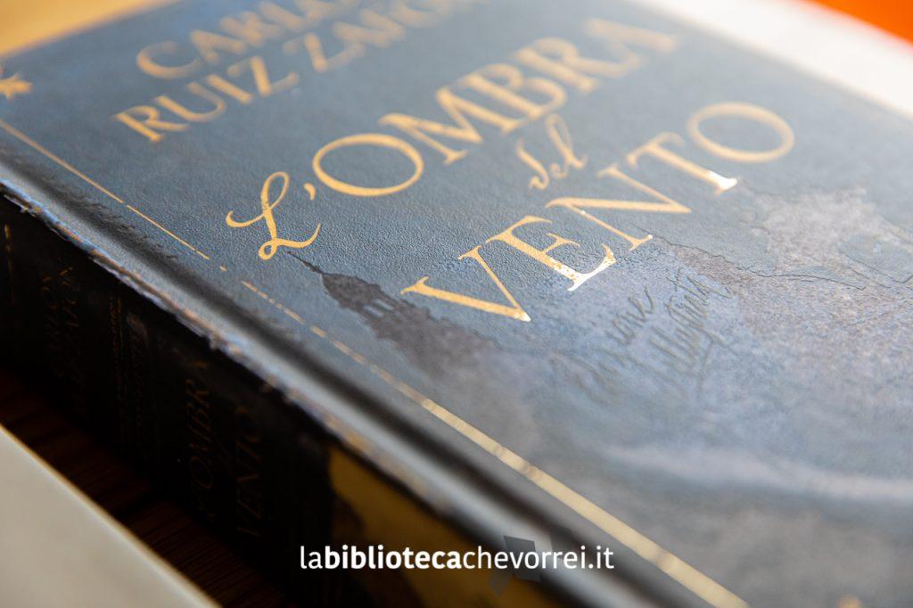 """Dettagli della copertina della nuova edizione 2019 de """"L'ombra del vento"""" per Oscar Draghi di Mondadori."""