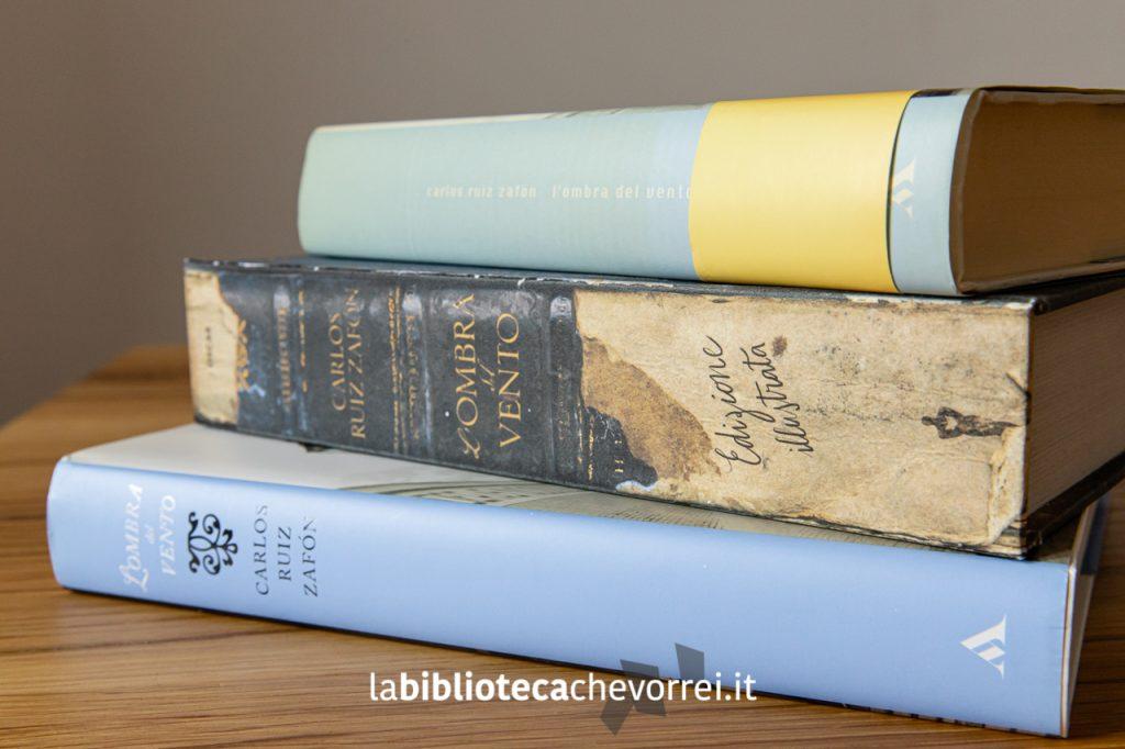 """I tre dorsi delle tre edizioni de """"L'ombra del vento"""" a confronto. Indubbiamente la nuova edizione, in questo caso, ha molto più fascino delle precedenti."""