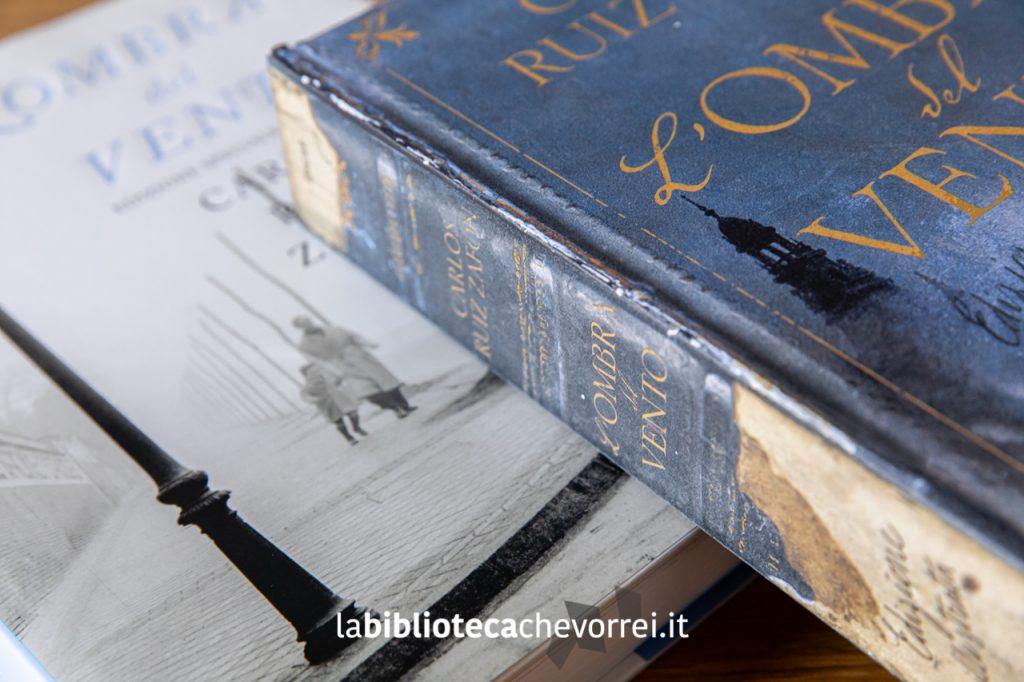 """Dorso anticato della copertina della nuova edizione de """"L'ombra del vento"""" di Carlos Ruiz Zafón. Mondadori, 2019."""