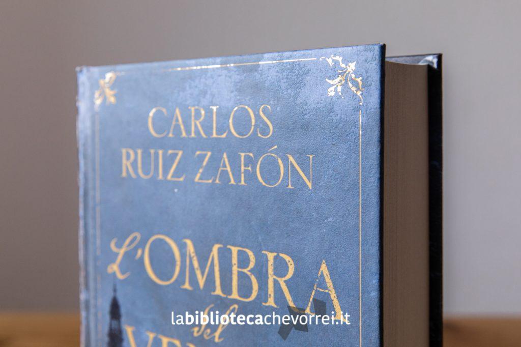 """Dettaglio in oro della copertina della nuova edizione de """"L'ombra del vento"""" di Carlos Ruiz Zafón. Mondadori, 2019."""