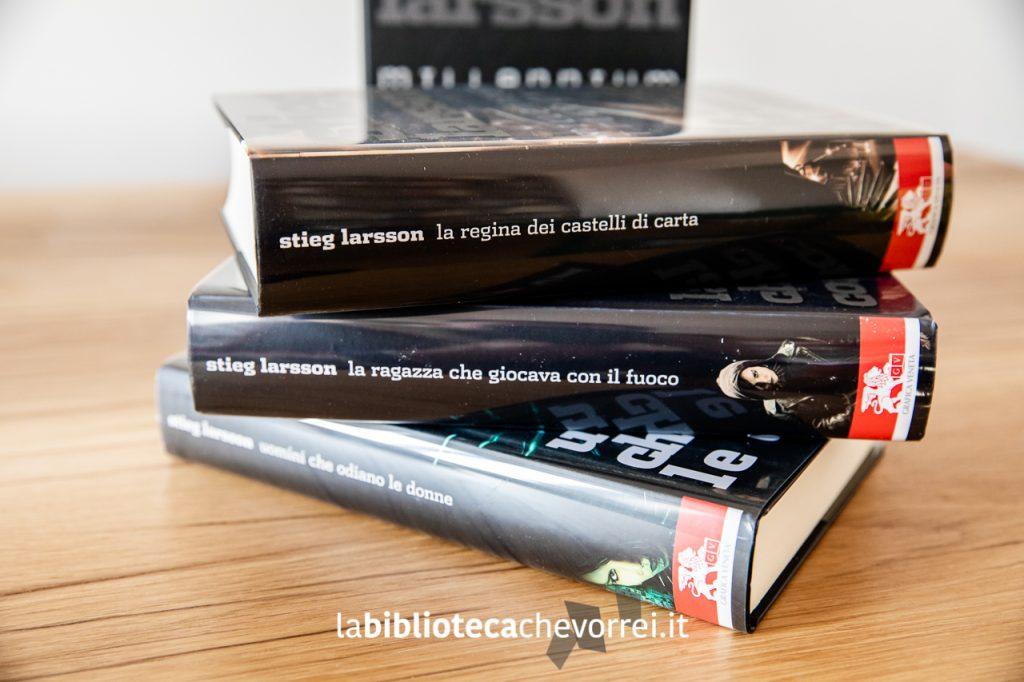 """Trilogia di Stieg Larsson """"Millenium"""" con il logo personalizzato """"Grafica Veneta""""."""