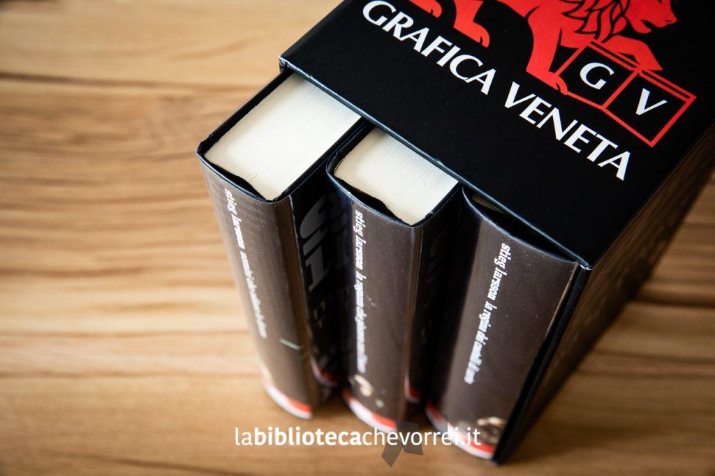 """Il cofanetto contenente la trilogia di Stieg Larsson """"Millenium"""". Si tratta di una edizione speciale riservata ai clienti della Grafica Veneta."""