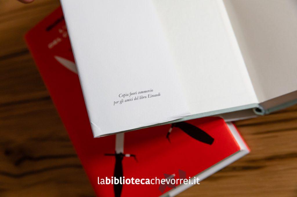 """L'unica indicazione dell'edizione è presente nell'aletta anteriore della sovraccoperta e recita """"Copia fuori commercio per gli amici del libro Einaudi""""."""