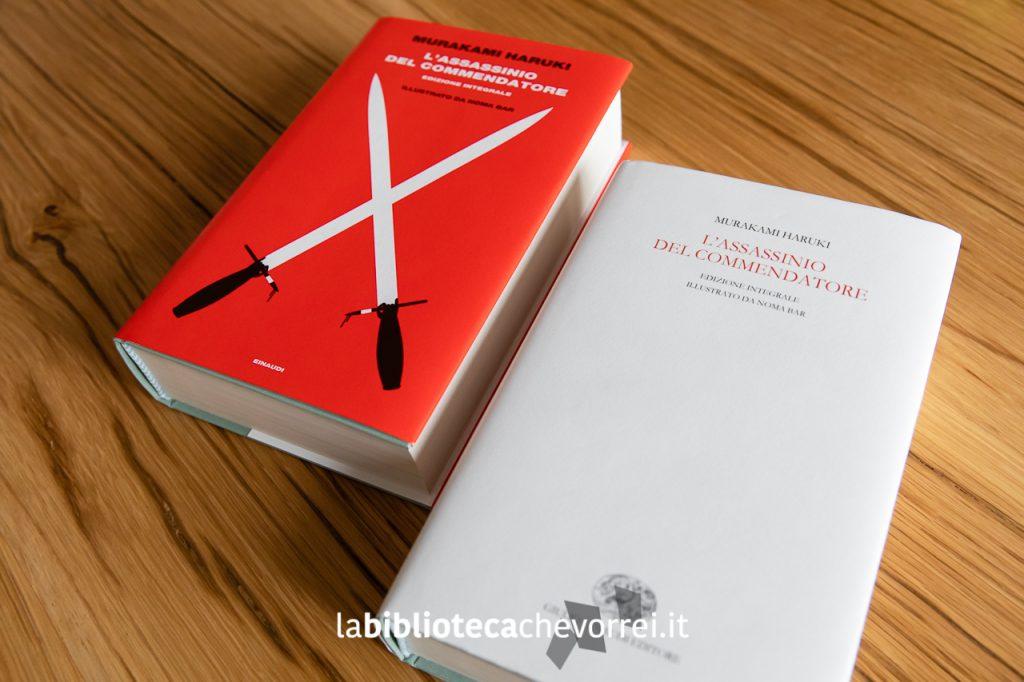 """""""L'assassinio del Commendatore"""" in edizione speciale, caratterizzato da unavistosa copertina rossa e una versione mai uscita in commercio con la copertina bianca."""