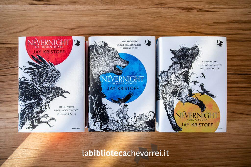 """Le sovraccoperte dei tre volumi che formano la trilogia """"Nevernight: gli accadimenti di Illuminotte"""" scritta da Jay Kristoff. Mondadori 2019."""
