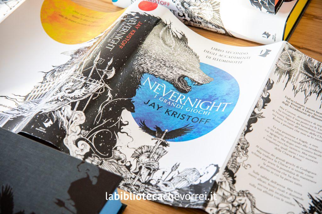"""""""I grandi giochi"""" è il secondo volume della trilogia. Le illustrazioni sono di Kerby Rosanes e il progetto grafico di Cherie Chapman."""