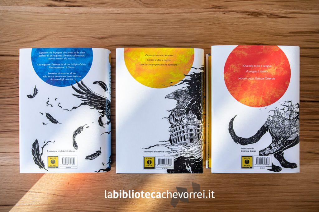 """Il retro delle sovraccoperte dei tre volumi che formano la trilogia """"Nevernight: gli accadimenti di Illuminotte"""" scritta da Jay Kristoff. Mondadori 2019."""