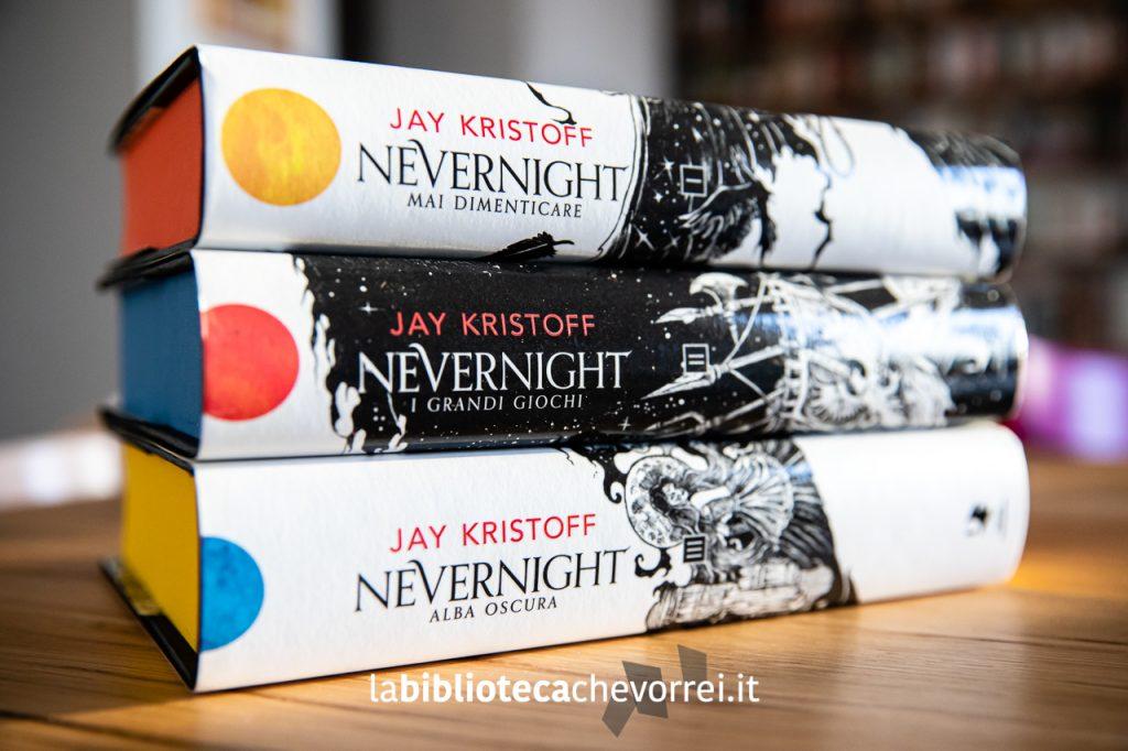 """I dorsi con la progressione dei tre soli sulle sovraccoperte dei tre volumi che formano la trilogia """"Nevernight: gli accadimenti di Illuminotte"""". Oscar Fantastica Mondadori 2019."""