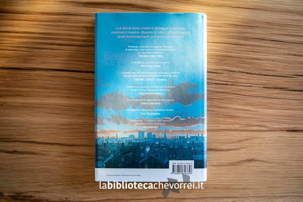 """Retro della copertina del libro di Patrick Ness e Siobhan Dowd dal titolo """"Sette minuti dopo di mezzanotte"""" con le illustrazioni di Jim Kay. 1a edizione. Mondadori."""