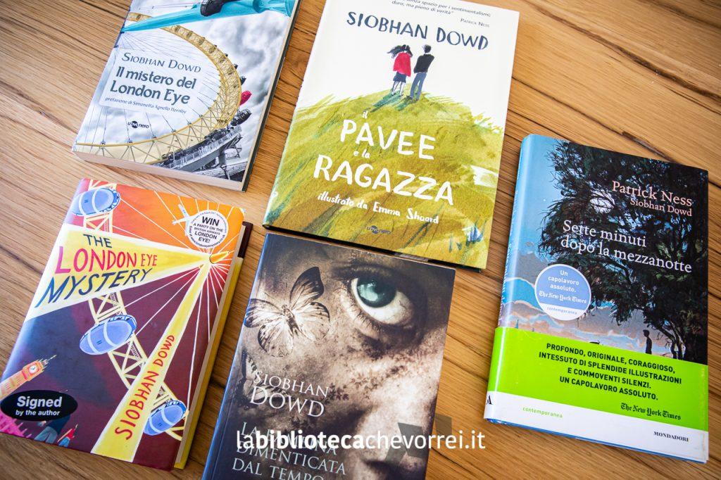 """Alcuni dei libri di Siobhan Dowd usciti in Italia e l'edizione inglese autografata de """"Il mistero del London Eye""""."""