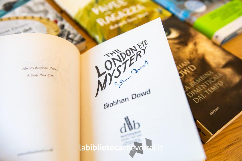 """L'edizione inglese de """"Il mistero del London Eye"""" autografata da Siobhan Dowd."""