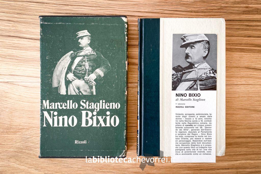 La copia della biografia di Nino Bixio appartenuta a Tiziano Terzani. Sulla sinistra il cofanetto, sulla destra il libro con il segnalibro pubblicitario ancora presente.