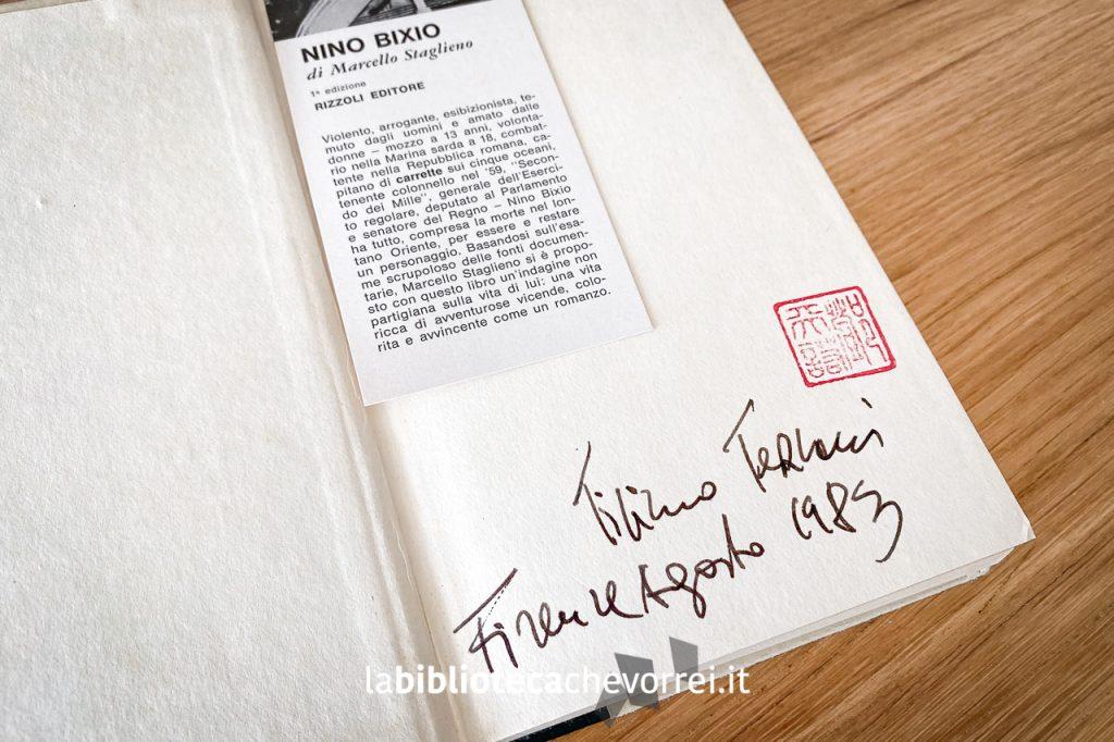 Firma e timbro di Tiziano Terzani apposti nella prima pagina del libro.