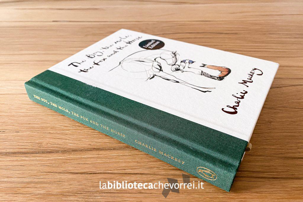 """Nuova edizione inglese """"Limited edition"""" del libro di Charlie Mackesy """"The boy, the mole, the fox and the horse"""", Ebury Press 2020 con il dorso verde."""