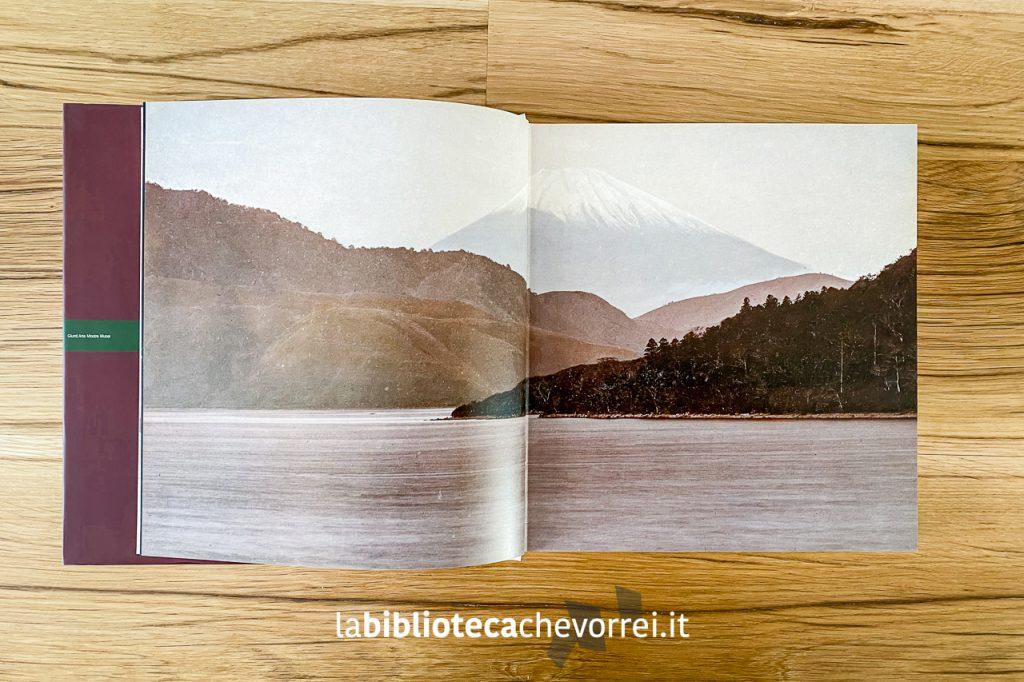 """Pagina interna con fotografia del monte Fuji. """"Ineffabile Perfezione. La fotografia del Giappone 1960-1910""""."""